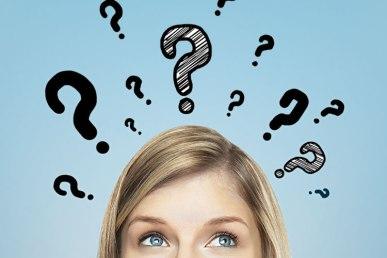 mulher-olhando-para-cima-com-dúvida-sobre-romance-vários-pontos-de-interrogação
